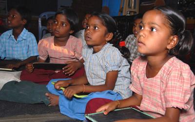Niños en una escuela en India, cooperación al desarrollo de Cocina Económica