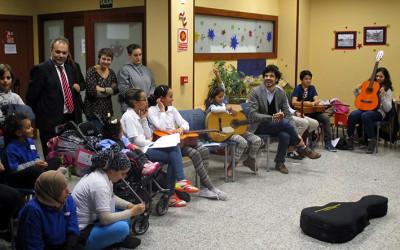 Clase de música con Pablo Villegas en el Alojamiento Alternativo de Cocina Económica