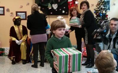 Entrega de regalos en el Alojamiento Alternativo de Cocina Económica