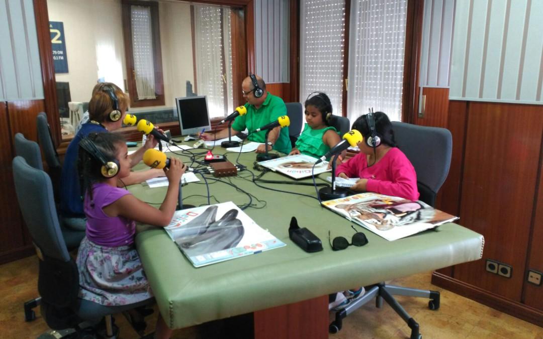 Niñas del Alojamiento comentan un libro en un programa de radio