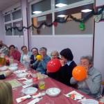 Las hermanas inflaron globos durante la cena.